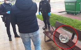 Tây Ban Nha: Bắt giữ người đàn ông vi phạm cách ly xã hội với lí do 'ra đường dắt cá vàng đi dạo'
