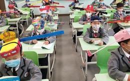 Trung Quốc: Học sinh quay lại trường học với 'mũ giãn cách xã hội'