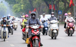 Người Hà Nội kín bưng khi ra đường vì nắng nóng trước dịp nghỉ lễ 30/4