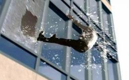 """Tin tấm kính chắc chắn, luật sư tài giỏi """"biểu diễn"""" ngã vào đó rồi rơi xuống từ tầng 24 tử vong, cái chết ấn định số phận công ty luật"""