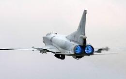 """Máy bay ném bom mang tên lửa """"đe dọa cả đội tàu sân bay"""" của Nga sải cánh trên biển"""