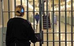 Nữ quản tù bị bắt vì tuồn đồ ăn và ảnh khỏa thân cho phạm nhân