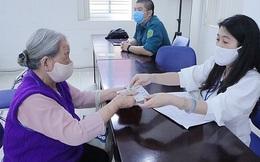 Người dân Hà Nội phấn khởi nhận tiền hỗ trợ do ảnh hưởng dịch Covid-19