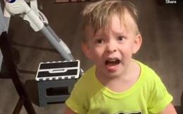 Bức xúc trước việc mẹ đi làm mà không ôm hôn mình, bé trai 2 tuổi trút bầu tâm sự với bố khiến ai nghe xong cũng phì cười