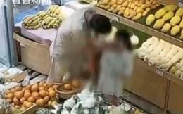 Đoạn video bé gái bị người đàn ông lạ mặt cưỡng hôn lan truyền trên mạng, người dân xung quanh nhắc nhở phụ huynh đề cao cảnh giác