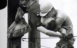 'Nụ hôn đồng giới' của hai công nhân ngành điện và câu chuyện thực sự đằng sau bức ảnh làm lay động bao trái tim