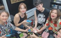 Gil Lê và Hoàng Thùy Linh tiếp tục xuất hiện cạnh nhau khi đón tiếp hội bạn thân đến chơi nhà