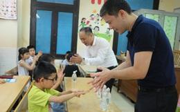 Chung sức đảm bảo an toàn cho học sinh đến trường với 3.000 chai nước rửa tay sát khuẩn
