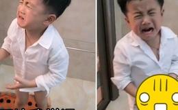 Con trai muốn cọ lưng giúp nhưng bố sợ hãi hét lên rồi đuổi té tát, nhìn thứ trên tay con người mẹ lập tức phá lên cười