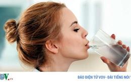 Uống nước đến mức nước tiểu trong suốt có tốt không?