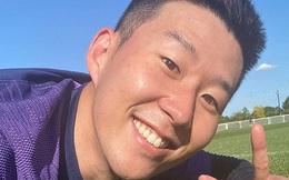 Son Heung-min thể hiện tình yêu bất diệt với bóng đá, mới trở lại Tottenham đã sà xuống ngay để selfie cùng với mặt cỏ