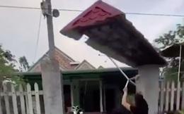 """Anh chàng khoe ngôi nhà tự thiết kế với phần mái ngói tự dịch chuyển cực """"dị biệt"""" nhưng dân mạng lại lo ngay ngáy điều này"""
