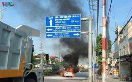 Xe ô tô 4 chỗ bất ngờ bốc cháy dữ dội khi chờ tín hiệu đèn giao thông