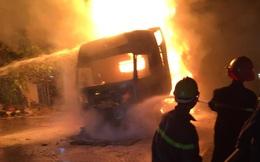 Đang lưu thông, chiếc xe đầu kéo bất ngờ bốc cháy dữ dội