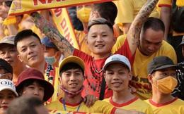 Báo Thái Lan hốt hoảng khi thấy biển người Việt đi xem bóng đá: Tại sao họ không đeo khẩu trang và cũng chẳng giữ khoảng cách an toàn?