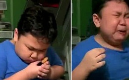 Khóc oà vì được cắn miếng gà rán đầu tiên sau nhiều tháng phong toả, cậu bé đáng yêu khiến dân mạng vừa thương vừa không nhịn được cười
