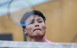 Quang Hải trổ tài điều cầu bằng tay chiêu sau buổi tập, bị giục về đi tắm vì mải chơi