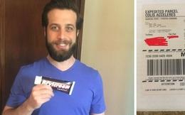 Đặt mua tuýp kem tạo kiểu tóc trên mạng xong quên luôn, 8 năm sau anh chàng nhận được gói hàng từ shipper và cái kết buồn cười
