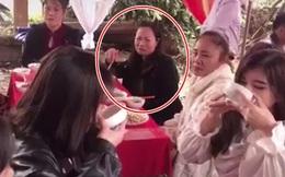 Giữa đám cỗ đông người, hai cô gái trẻ cạn hết bát rượu như đấng nam nhi và phản ứng của người cô bàn bên khiến nhiều người bất ngờ