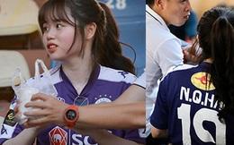 Huỳnh Anh diện áo Quang Hải, nổi bật trong dàn gái xinh cổ vũ trận Hà Nội gặp HAGL