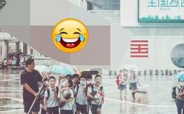 """Mưa to tầm tã nhưng học sinh không có đủ ô, thầy giáo bật ra sáng kiến khiến ai nấy vỗ tay: """"Đúng là thầy trường người ta"""""""