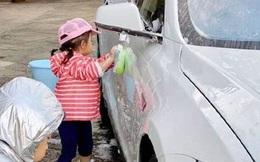 Bé gái đứng rửa xe ô tô bên đường để kiếm tiền, ai nấy rưng rưng thương cảm cho đến khi biết sự thật thì choáng váng