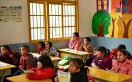 Tò mò mở camera xem con làm gì ở lớp mẫu giáo, bà mẹ hốt hoảng trước những gì đang diễn ra, vội vàng gọi ngay cho cô giáo