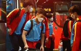 Xuân Trường nhiệt tình chuyển hành lý giúp các đồng đội khi về tới khách sạn