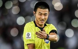 """Thổi phạt penalty đầy tranh cãi, trọng tài Trung Quốc vô tình """"giúp sức"""" cho thầy Park"""