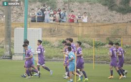Người hâm mộ leo tường xem ĐT Việt Nam tập, tò mò nhìn HLV Park Hang-seo rèn quân
