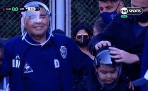 """Hết ngồi """"ngai vàng"""", Maradona lại bị mỉa mai khi đội chiếc mũ """"du hành vũ trụ"""" đến sân bóng"""