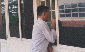 Người cha nghèo đứng ngoài cửa lớp chờ con gái nhập học, bọc giấy ông cầm khiến tất cả xúc động