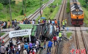 Thái Lan: Xe buýt va chạm mạnh với tàu hỏa khiến hàng chục người chết và thương vong