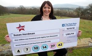 Trúng số gần 36 tỷ đồng, trở thành triệu phú trong 1 đêm, mẹ đơn thân nước Anh lại chọn cuộc sống làm nông dân