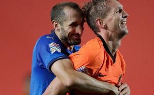 Hai 'ông lớn' Italy và Hà Lan níu chân nhau, mất luôn ngôi đầu bảng