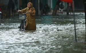 TP Huế ngập sâu sáng cuối tuần, người dân chật vật di chuyển