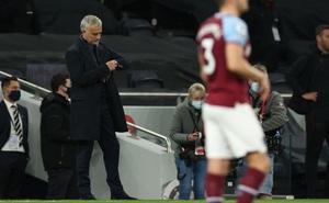 """Mourinho """"tái mặt"""" xem đồng hồ, Tottenham dẫn 3-0 nhưng vẫn ôm hận đúng phút cuối cùng"""