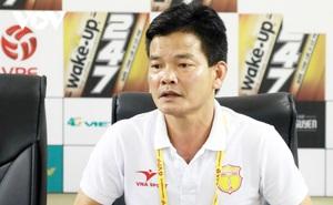 GĐKT Nguyễn Văn Sỹ nói thẳng, tổ chức V-League đã đẹp đâu mà sợ xấu