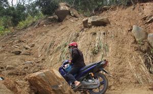 Nín thở đi dưới khối đá 30 tấn: Huyện đề nghị nổ mìn phá đá