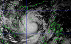 """""""Sức mạnh của bão số 9 có thể bốc một con thuyền lớn từ dưới biển lên đường"""""""