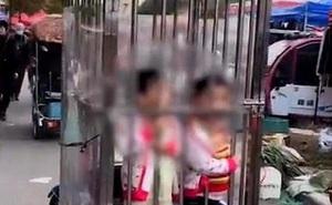 Đôi vợ chồng gây tranh cãi khi nhốt con vào lồng sắt để đi chợ không bị lạc