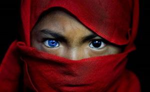 Hội chứng di truyền kỳ lạ khiến cho các thành viên trong bộ tộc bản địa Indonesia sở hữu màu mắt xanh hiếm thấy