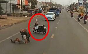 """Dựng xe máy trước đoàn ô tô trên đường, thanh niên có hành động khiến tất cả """"dừng hình"""" trong tích tắc"""