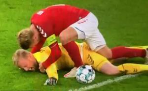 Va chạm rợn người, Kasper Schmeichel lĩnh trọn đầu gối của đối thủ