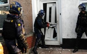 Ập vào căn nhà nghi phạm buôn bán ma túy, cảnh sát tá hỏa trước những thứ trong nhà vệ sinh