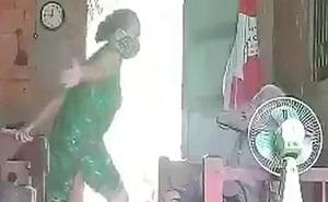 Người phụ nữ cầm chổi đánh đập, hành hạ mẹ già dã man ở Long An lĩnh 4 năm tù