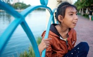 Cô bé khờ theo cha đi nhặt ve chai: Bức ảnh đầu tiên trong đời khiến bao người xúc động