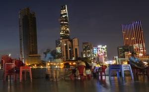 [Ảnh] Người Sài Gòn ngồi ngắm hoàng hôn giữa mênh mông nước