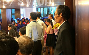 Hình ảnh xúc động: Bố diện bộ vest cả đời chỉ dám mặc vài lần đến mừng tốt nghiệp con gái út