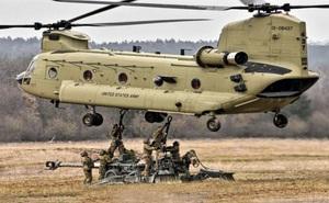 """Kinh ngạc trước khả năng vận tải """"đáng gờm"""" của trực thăng CH-47F Chinook"""